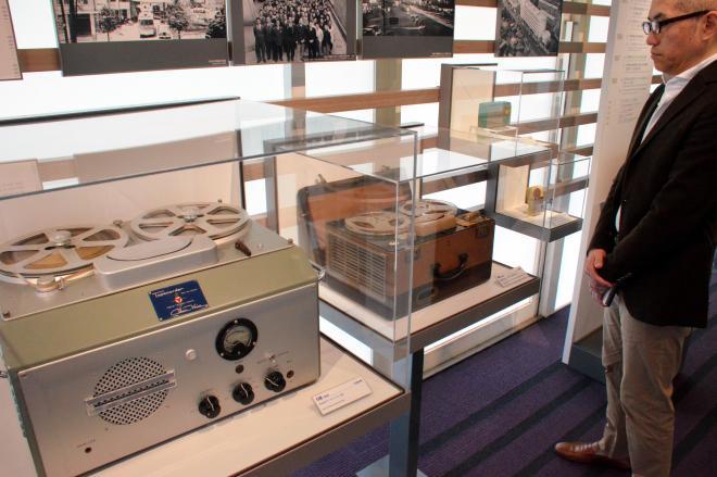 日本初のテープレコーダー(手前)やトランジスタラジオなどが並ぶソニー歴史資料館=東京都品川区