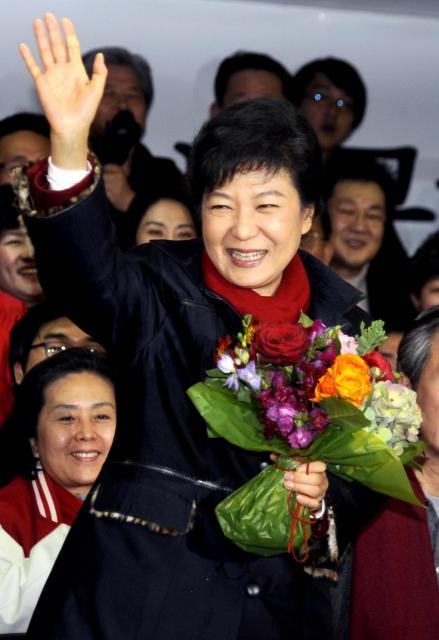 2012年12月19日、大統領選で当選が確実になり、セヌリ党本部で支持者に笑顔を見せる朴槿恵氏=ソウル、代表撮影
