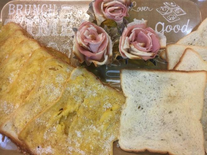 左からフレンチトースト、ハムと食パンのバラ、メープルラスク