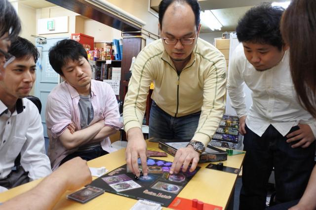 ゲームの説明をする松岡知宏さん(中央)