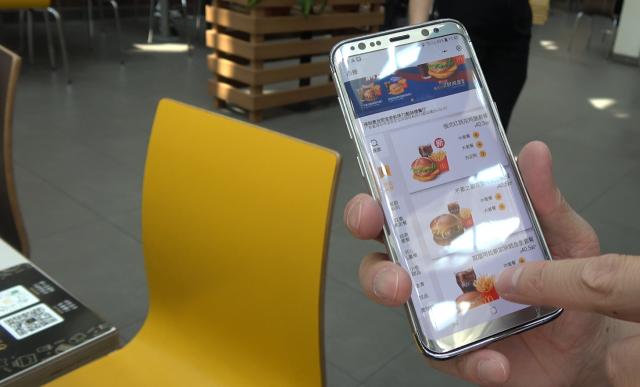 深圳のマクドナルドでミニアプリを試しているところ。テーブルに貼られたバーコードからすぐサービスメニューにアクセスできました