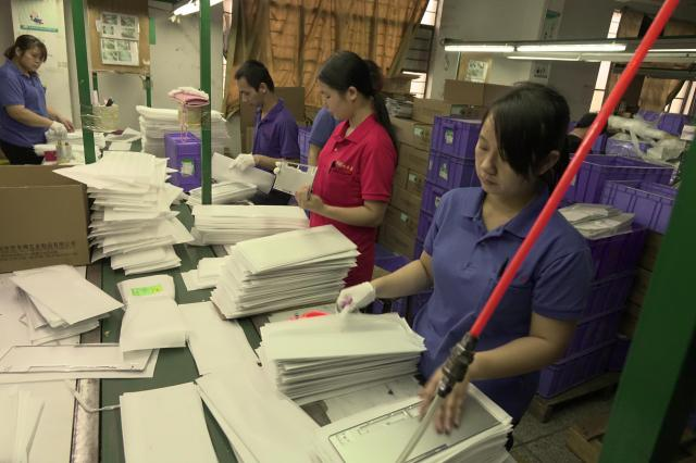部品工場では大勢の女性工員らが働いていました。「女性の方が勤勉」ともっぱらの評判