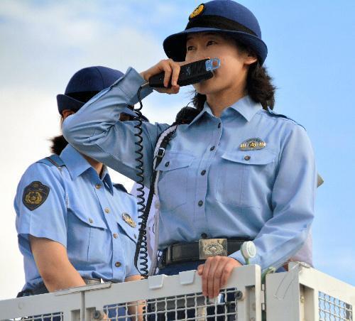 宇治川花火大会で「DJポリス」として出動する女性巡査部長(右)=2014年8月、伏見区の京都競馬場駐車場
