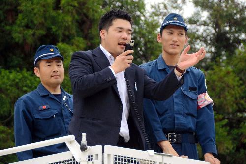 雑踏警備のコツを教える「DJポリス」の警視庁第9機動隊員(中央)=2014年5月、滋賀県警察学校
