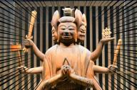 1体だけ展示されている馬頭観音立像=2018年4月、東京都台東区