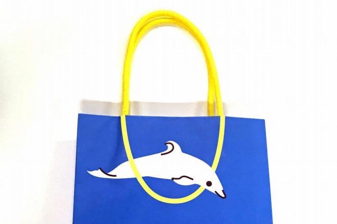 JINSのショッパー(買い物袋)に描かれたイルカ