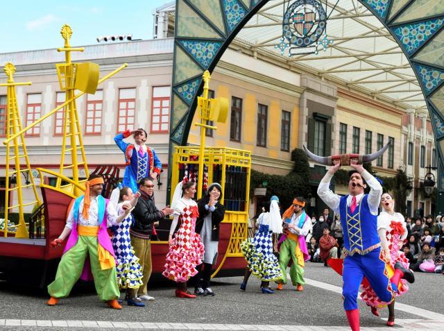 志摩スペイン村はGWなどの3期間だけ公表。写真は観客も参加するストリートミュージカル=2017年2月、三重県志摩市