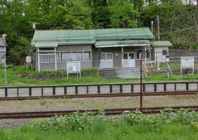塩狩駅の駅舎と草が生い茂るホーム