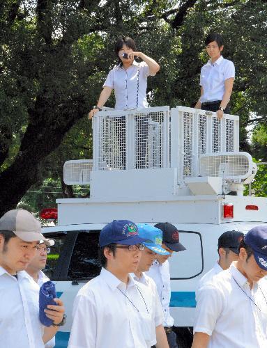 訓練参加者に手本を見せるDJポリスの指導者=2015年7月、熊本市中央区渡鹿4丁目の県警察学校