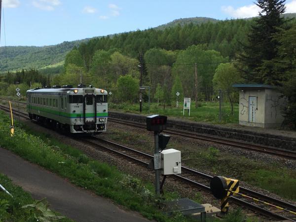 宗谷本線の塩狩駅を通過する気動車