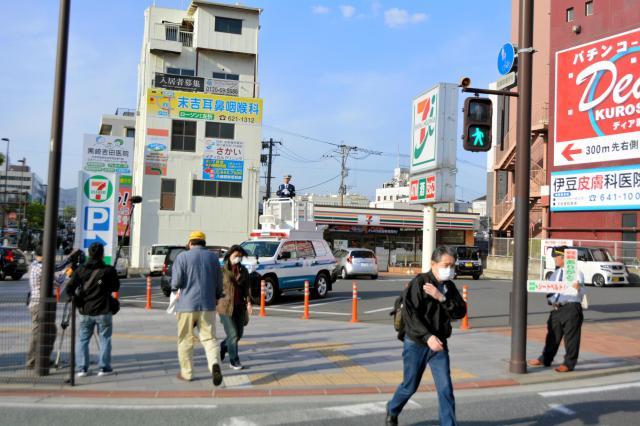 神矢さんが交通安全をよびかけた横断歩道=北九州市