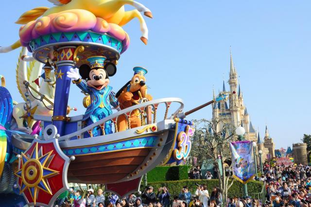 オリエンタルランドは半期に一度公表。写真は東京ディズニーランドの開業35周年を記念したパレード「ドリーミング・アップ!」=2018年4月、千葉県浦安市