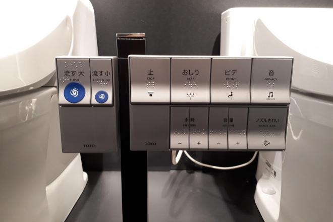 電池の不要なエコリモコン=東京都渋谷区、影山遼撮影