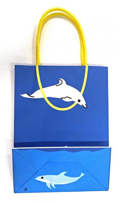 袋の底の部分を折りたたむと、もう1頭のイルカが出現