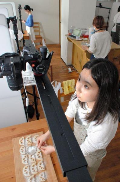 【五反田】「dely」のスタジオで、料理の動画を撮影する調理スタッフ=品川区