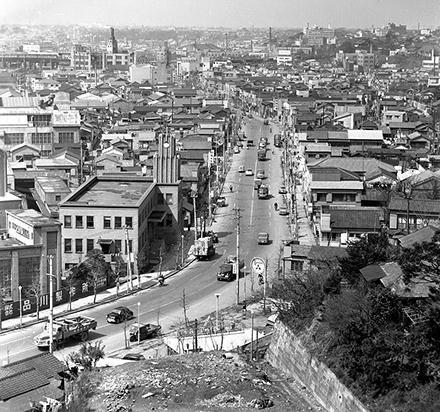 【五反田】1959年、ソニー社屋から五反田駅方面の通称「ソニー通り」を撮影した写真=ソニー提供