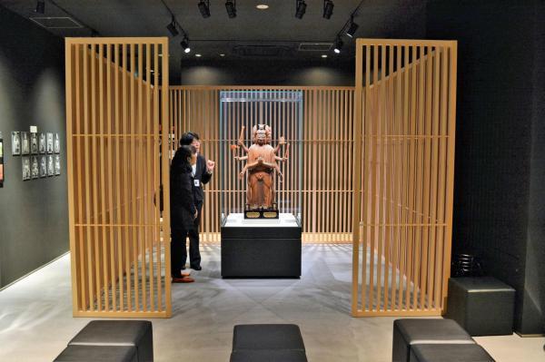 1体だけ展示されている馬頭観音立像を見入る来場者ら=2018年4月、東京都台東区