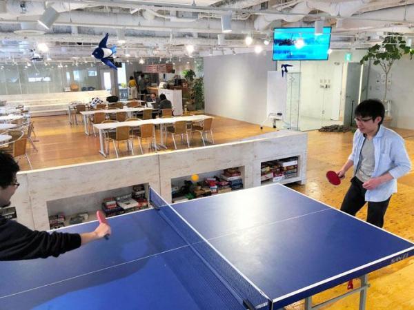 【五反田】ベンチャー企業「freee」のオフィス。卓球台やバーカウンターがあり、仕事の合間に従業員が息抜きもできる