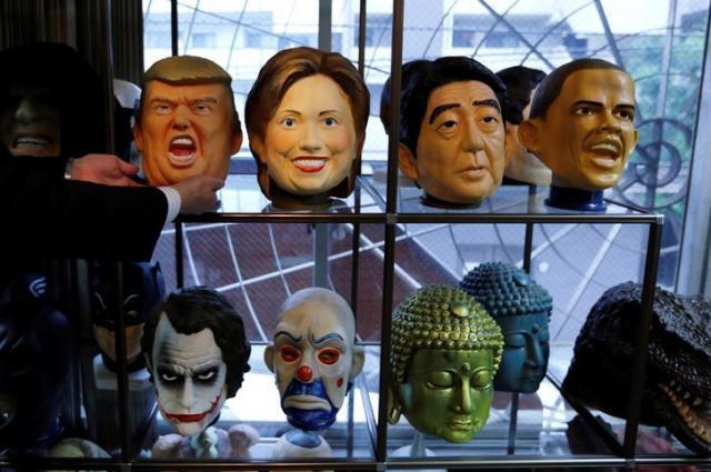 アメリカ大統領選で現れた各国の政治家のマスク=ロイター
