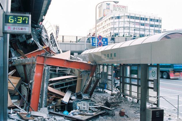 1995年1月17日の阪神・淡路大震災で大きな被害を受けた三宮駅前