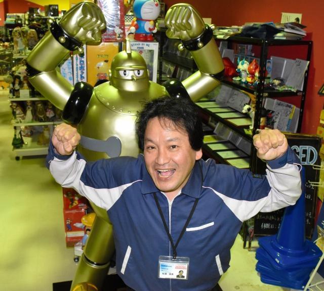 フィギュアにはまるきっかけだった鉄人28号の前でポーズを取る松浦さん