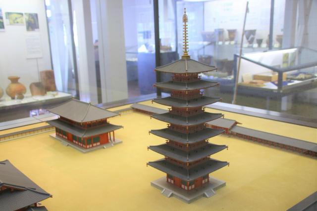 相模国分寺と七重塔の模型。大きさは実物の100分の1ほどです。