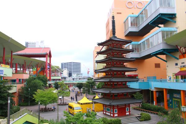 商業施設に囲まれ、明らかに浮いている七重塔。