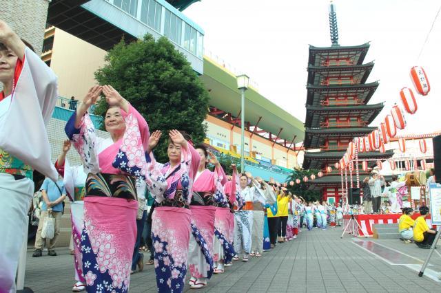毎年夏に、七重塔の前で開かれる盆踊り大会の様子。