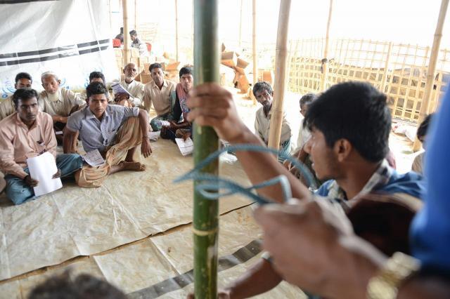 6月のモンスーンシーズンが迫り、国際機関が主催する、住居の補強講習には多くのロヒンギャ難民が参加している=2018年2月、バングラデシュ・コックスバザール