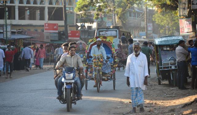 バングラデシュ南東部にある難民キャンプを出ると、すぐにバングラデシュ人が住む町が広がる。最近は、難民と地元バングラデシュ人とのいざこざも増えているという=2018年2月、バングラデシュ・コックスバザール