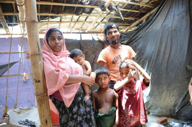 もう8カ月も難民キャンプに住んでいるというロヒンギャ家族。住居の屋根は敗れ、雨もしのげないという=2018年5月、バングラデシュ・コックスバザール