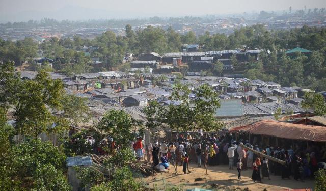 ロヒンギャ難民キャンプを高台から見ると、かすむ遠くまで住居が続く=2017年11月、バングラデシュ・コックスバザール