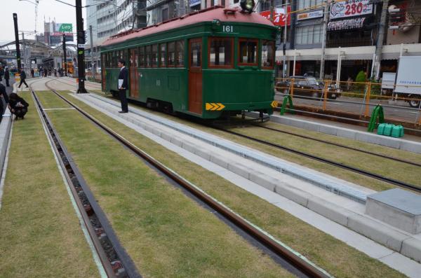 芝生が敷かれた阪堺電車の線路=2016年、大阪市阿倍野区