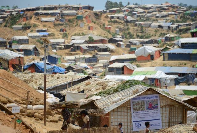 起伏の激しい土地にびっしりと住居がひしめくロヒンギャの難民キャンプ。元々は木が生えていたところを短期間で伐採して切り開いたため、土ぼこりがすさまじい=2018年5月、バングラデシュ・コックスバザール