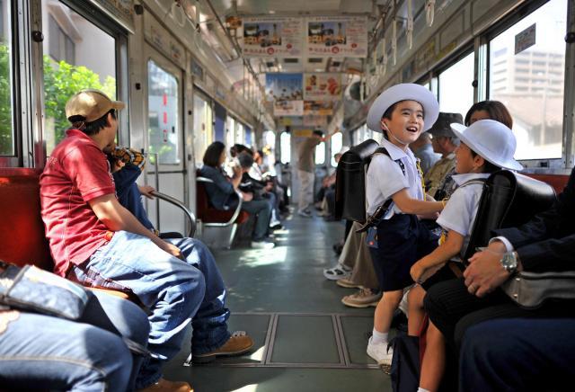地域の人たちの足として親しまれる阪堺電車=2011年、大阪市阿倍野区