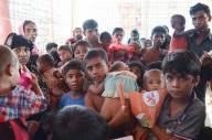 バングラデシュ南東部、コックスバザール郊外にあるイスラム教徒ロヒンギャの難民キャンプで、診療所に並ぶ難民たち。栄養失調や感染症などの病気も後を絶たない=2017年11月