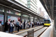 阪堺電車を待つ人たち=2018年6月18日、天王寺駅前停留所、小川詩織撮影
