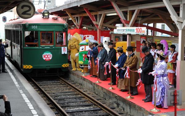 恵美須町停留場でテープカットする参加者=2011年、大阪市浪速区