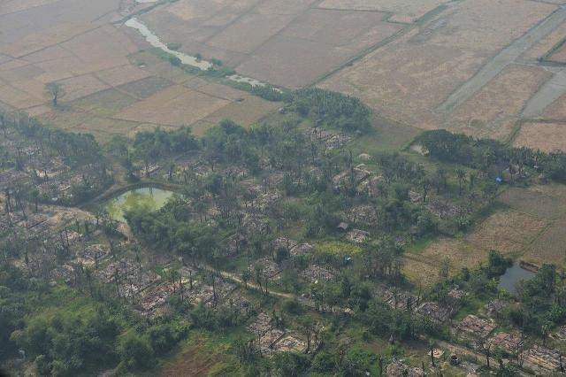 ロヒンギャらの住んでいたミャンマー西部ラカイン州を上空から見ると、多くの村が焼き打ちにされ、畑は放置されていた。ロヒンギャは「治安部隊が燃やした」と主張し、ミャンマー政府は「ロヒンギャ武装勢力が火をつけた」としている=2018年1月