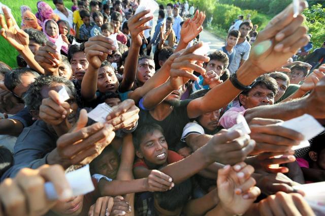 国際機関からの食糧配給を受け取ろうとするロヒンギャ難民たち。逃げるときに持ってきたものはほとんどなく、食べ物などは配給に頼りきっている=2017年11月、バングラデシュ・コックスバザール