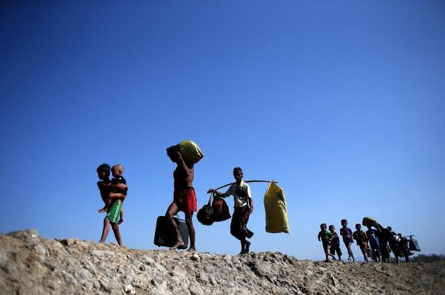 着の身着のままでポリタンクをつなぎ合わせた「舟」でミャンマーを逃れ、バングラデシュに渡るイスラム教徒ロヒンギャ難民たち=2017年11月、バングラデシュ・コックスバザール