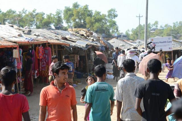 バングラデシュ南東部、コックスバザール郊外にあるロヒンギャの難民キャンプ内部。長期化して中にはすでに「商店」ができはじめ、菓子などが並べられている=2017年11月