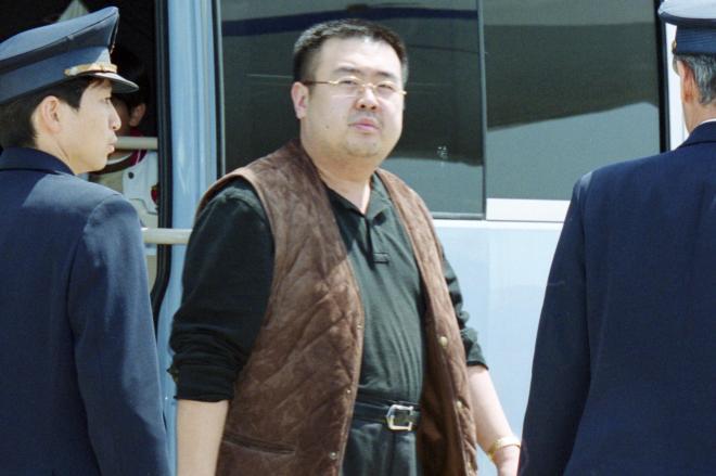 国外退去処分を受け、成田空港で飛行機に向かう金正男氏とみられる男性=2001年5月