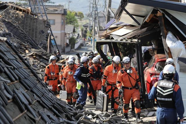 熊本地震の現場で捜索活動をする消防隊員ら=2016年4月15日午前、熊本県益城町、長島一浩撮影