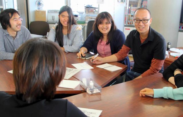 不登校新聞の子ども若者編集会議。右から編集長の石井志昂さん、水口真衣さん=東京都北区
