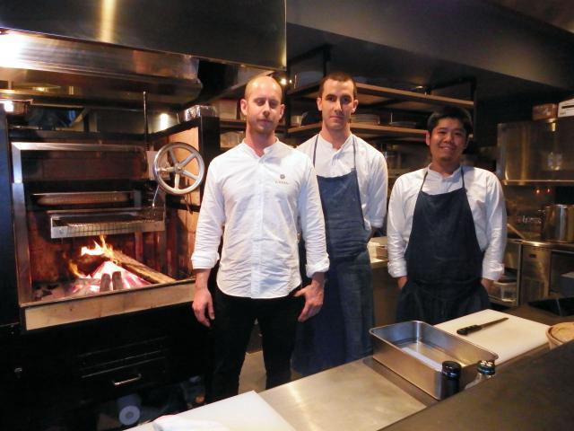 ヘッドシェフの豪州出身、ジョーダン・マクラウドさん(左)ら厨房スタッフ=東京都渋谷区