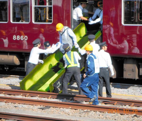 座席シートを使った乗客救護訓練=阪急電鉄提供