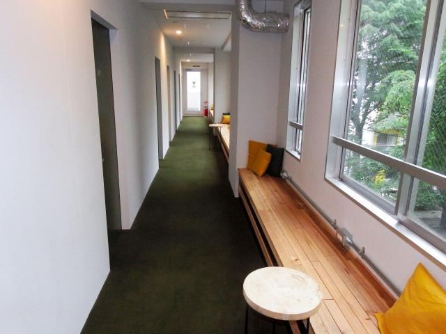 ベンチの付いたホステルの廊下=東京都渋谷区