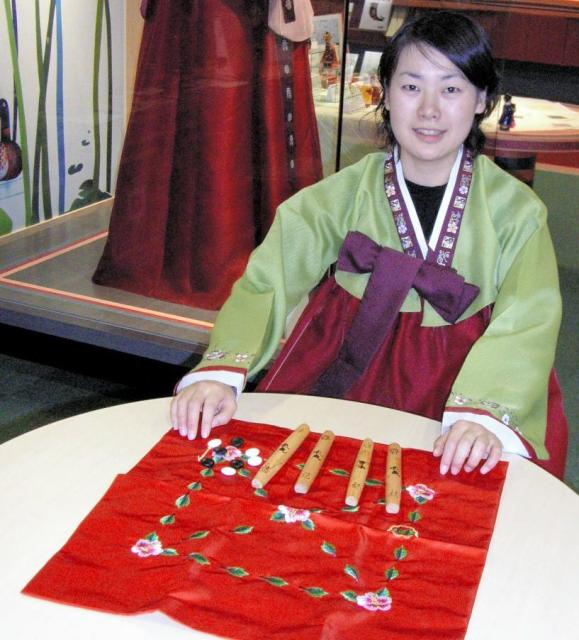 韓国の旧正月の伝統遊び「ユンノリ」=福岡市博多区の韓国観光公社で