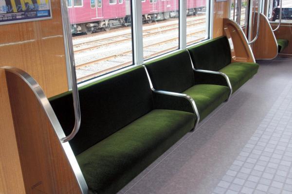 阪急電鉄1300系の間仕切り付きの座席シート=阪急電鉄提供
